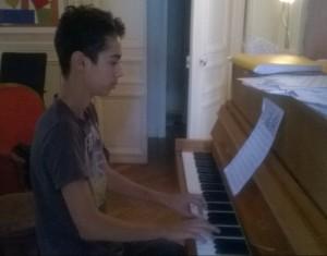 Elève prenant un cours de piano avec Patrick Issarni